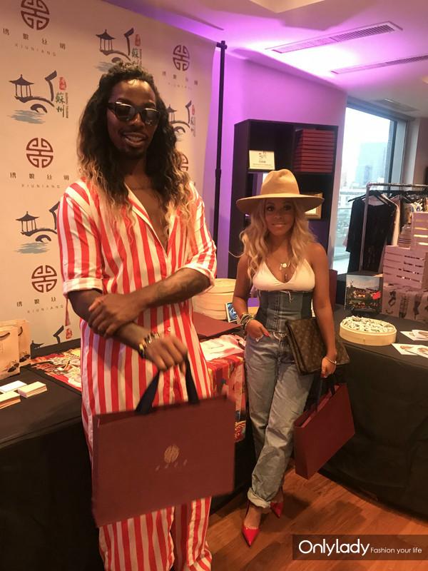 明星造型师EJ King和录音师Sky Tunes与苏州市旅游局赠予的绣娘丝巾礼盒合影