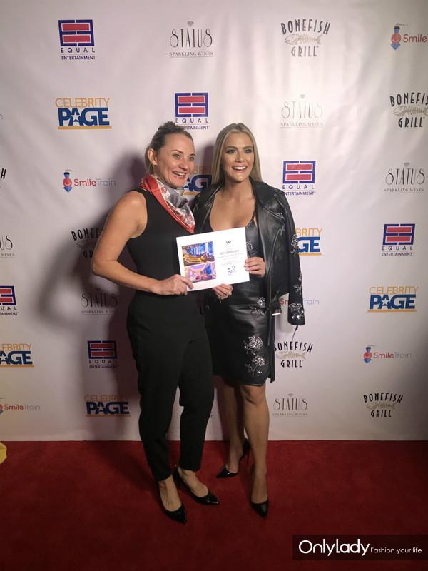 苏州市旅游局目的地专家Ashley Norman向美国小姐 Sarah Rose Summers授予苏州W酒店房券