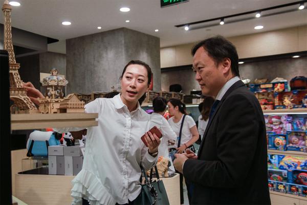 出席嘉宾和媒体一同参观香港·设计廊北京店