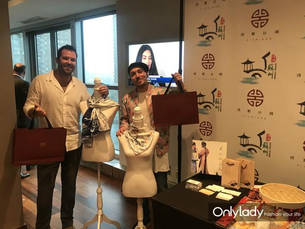 著名演员Sullivan Stapleton及朋友参观苏州市旅游局展台学习苏州丝绸文化
