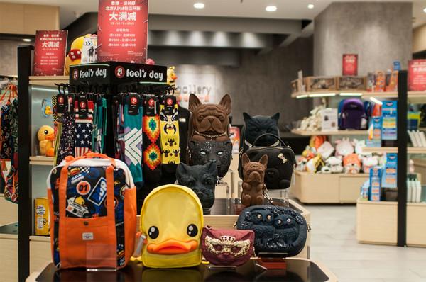香港·设计廊店内展示不同的香港创意设计产品