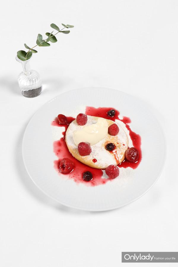 香草舒芙蕾煎饼配法式酸奶油及森林莓果酱汁