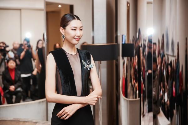配图13-模特现场展示Ciga Long珠宝作品