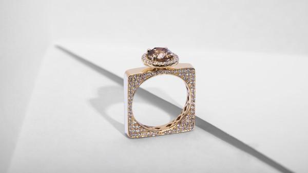 配图17-几何窗格造型订婚戒指