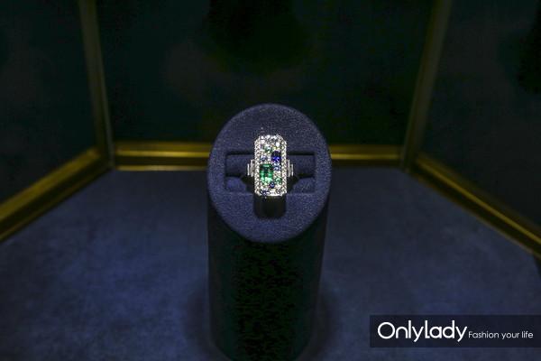 海瑞温斯顿Central Park系列蓝宝石、海蓝宝石、祖母绿配钻石戒指