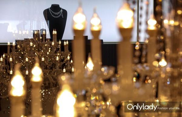 在水晶灯映衬下的Chandelier钻石项链