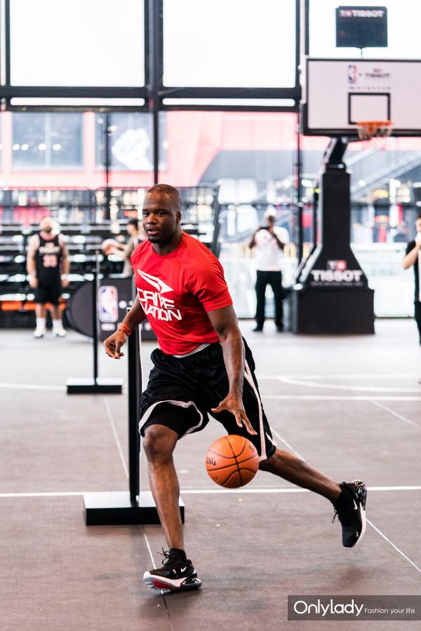 图3:NBA名宿杰梅因·奥尼尔现场传授篮球技巧
