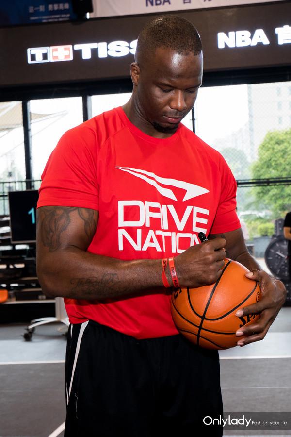 图4:NBA名宿杰梅因·奥尼尔将签名篮球赠予现场MVP