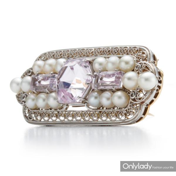 18K黄金和铂金镶嵌珍珠及紫锂辉石胸针,来自蒂芙尼古董珍藏库