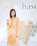 佘诗曼出席某品牌活动 暖色穿搭尽显温婉知性