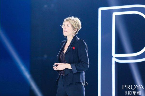 法国科研专家、首席执行官Stephanie PEDRON在珀莱雅15周年盛典现场