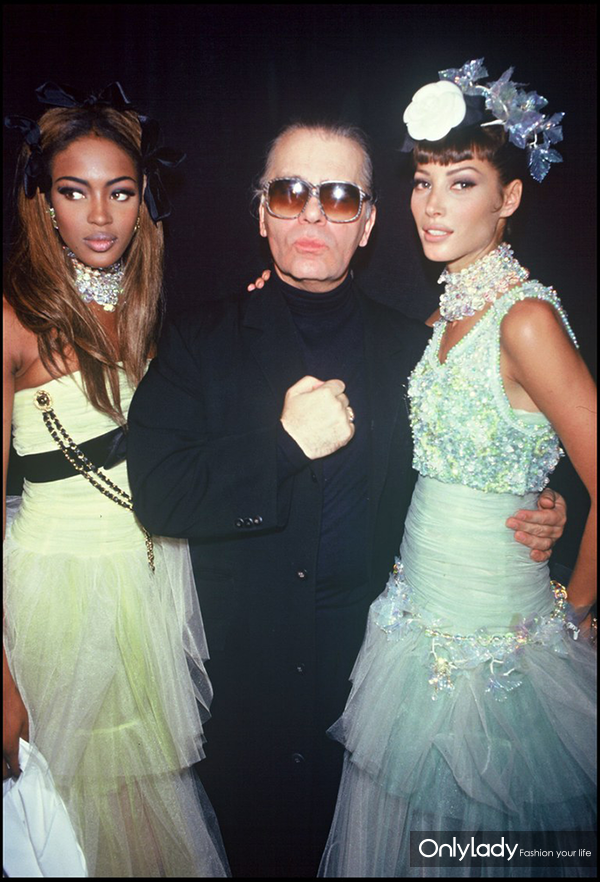 Naomi-Campbell,-Karl-Lagerfeld,-and-Christy-Turlington-pose-backstage-at-the-Chanel-show-in-1991