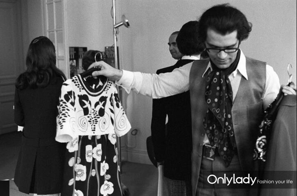 Karl-Lagerfeld-showing-his-fall-1969-collection-for-Chloé