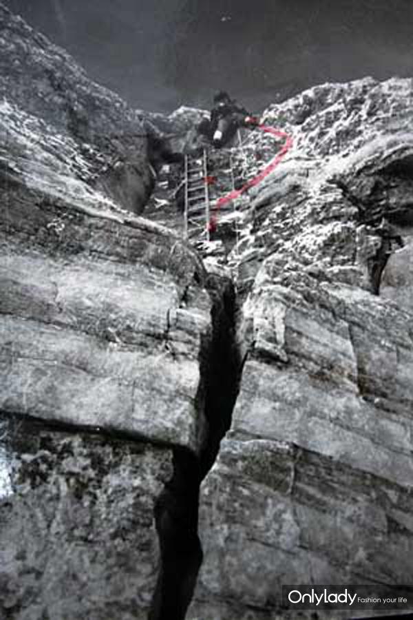 曲线是屈银华标出的当年攀登线路,画圈处是打入冰锥的地方。 法制晚报 图