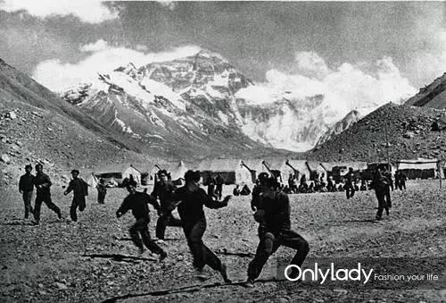 此时,中国登山队却已经做好了一切准备,准备一举登山地球之巅。上图就是当年在登山大本营,队员们开展体育训练的照片。