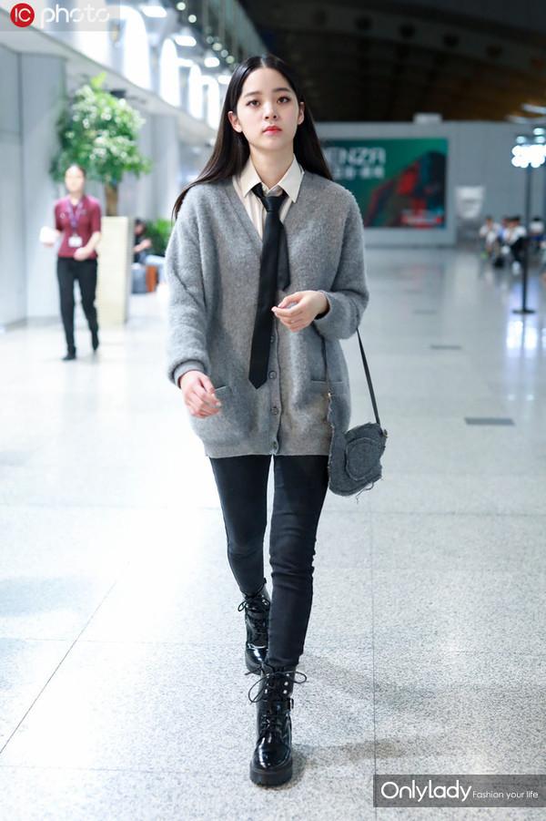 欧阳娜娜白衬衫+Celine灰色针织开衫+牛仔裤 马丁靴+Thome Browne鸭子包学院风
