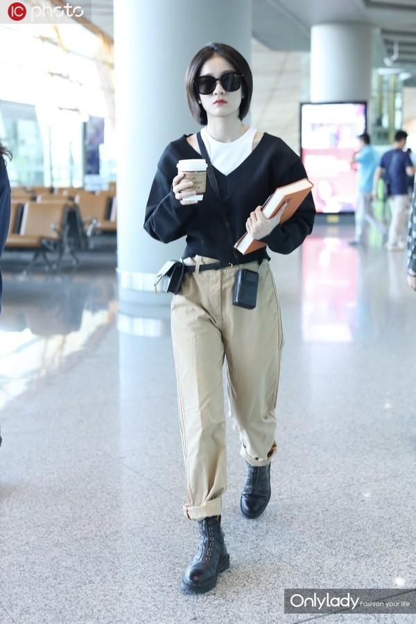 张雪迎V领针织衫+白色背心+卡其色工装裤 Dior腰包+马丁靴+墨镜时髦潮范