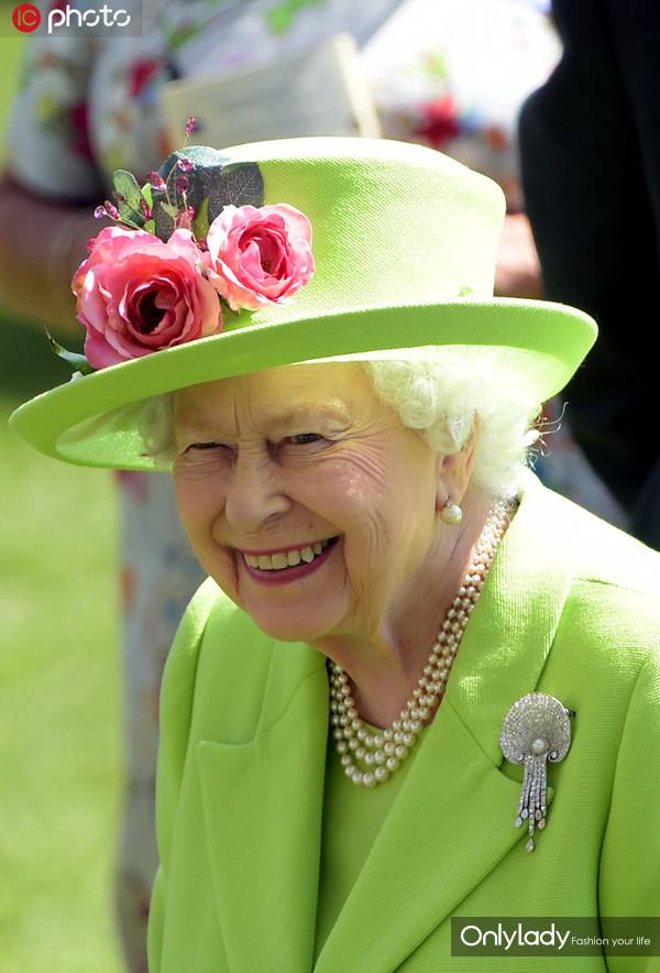当地时间2018年6月22日,英国伯克郡,阿斯科特皇家赛马会迎来第四天赛事,伊丽莎白女王惊艳亮相。