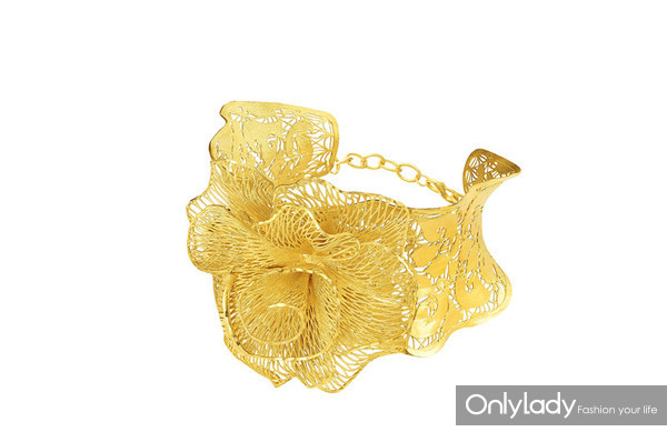 Floral Collection – Fine Gold Bangle with Gillyflower