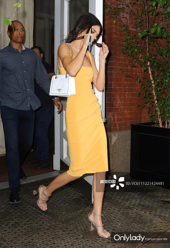 肯达尔·詹娜街拍:Bec + Bridge芒果黄背心裙Prada手袋 Amina Muaddi锥形跟凉鞋大秀好身材