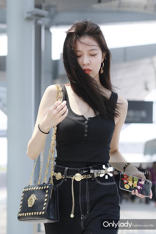 宋妍霏穿全黑LOOK显绝美身材 随手撩发展风情分分钟出大片