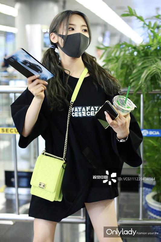 杨超越街拍:T恤裙Chanel相机包丑凉鞋 俏皮美少女