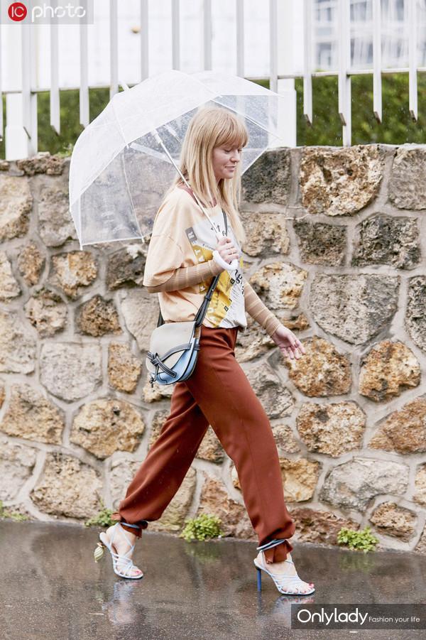 阿什利-辛普森白色摇滚TEE+牛仔裤+小白鞋 Chanel双肩包+Chocker+圆形耳环时髦Chic