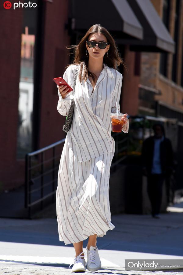 艾米丽-拉塔克沃斯基白色条纹衬衫+阔腿裤+小白鞋清新简洁