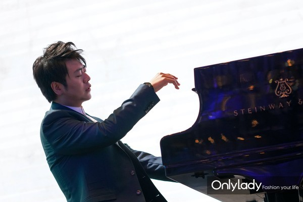 国际钢琴大师郎朗先生