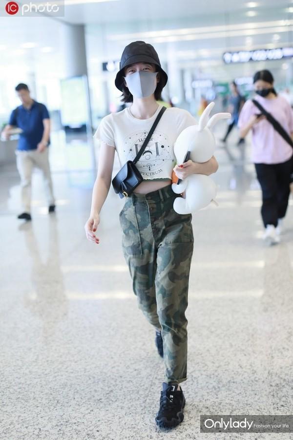 张雪迎星月露脐tee+迷彩工装裤 Dior手袋+运动鞋休闲帅气