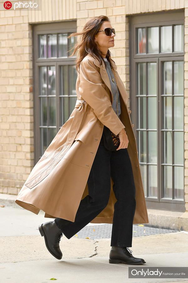凯蒂-霍尔姆斯卡其色长裤皮风衣+墨镜有型有款5