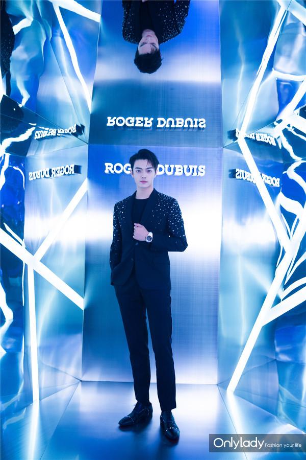 """青年演员许凯佩戴王者系列镂空飞行陀飞轮珠宝腕表出席""""Excess Night""""活动现场 2"""