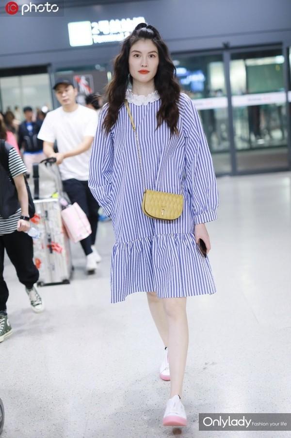 何穗蓝白竖条纹花边领衬衫裙+Bally黄色手袋+粉白拼色运动鞋甜美俏皮