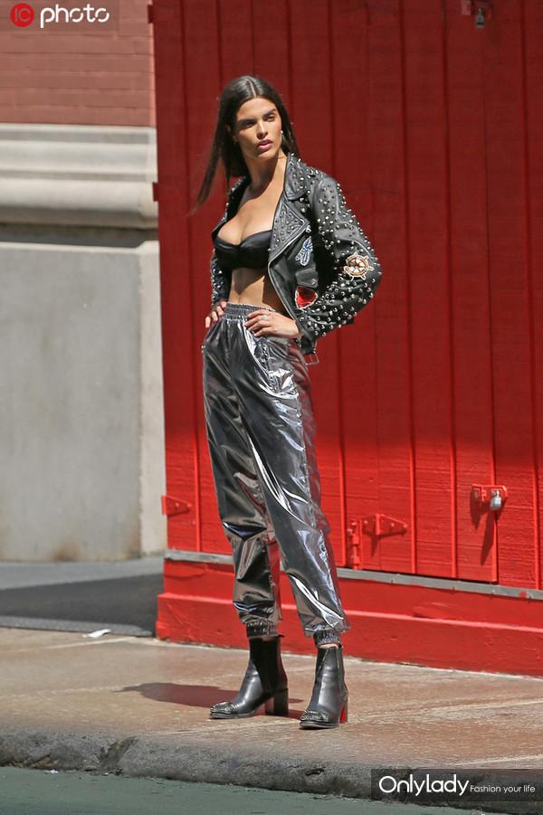 Carol Mendes铆钉皮衣配金属感束腿裤 内衣外穿+短靴时髦撩人