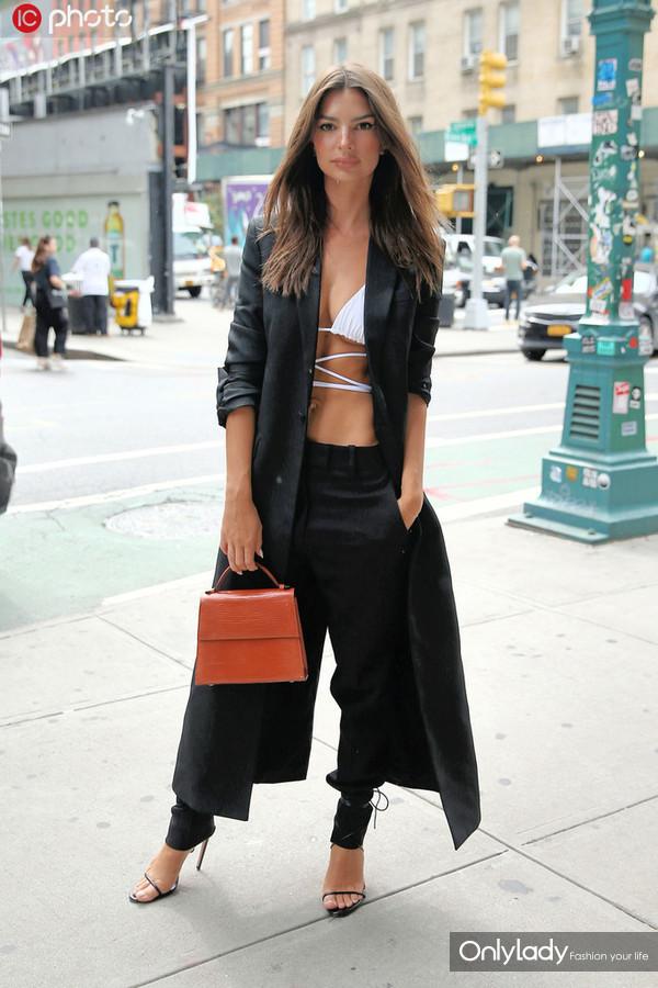 艾米丽-拉塔克沃斯基廓形长西装+手袋 内衣外穿+绑带鞋性感霸气