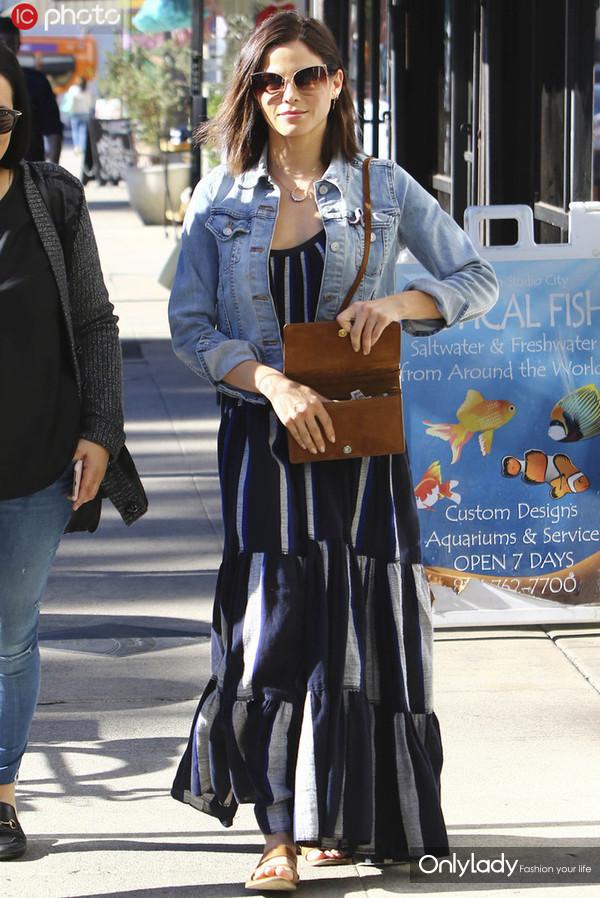 珍娜-迪万条纹连身裙+牛仔外套+Saint Laurent麂皮手袋优雅迷人