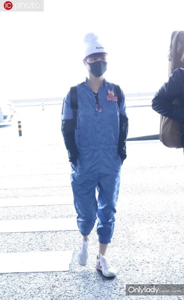李宇春Nike Air字母连身裤+黑TEE叠穿 Veja球鞋+Supreme毛线帽休闲潮范