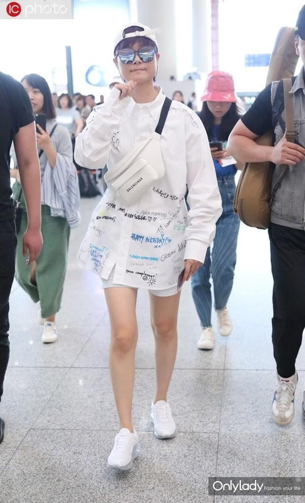 李宇春Vetemens印花白衬衫+骑行裤 小白鞋+Balenciaga胸包时髦个性