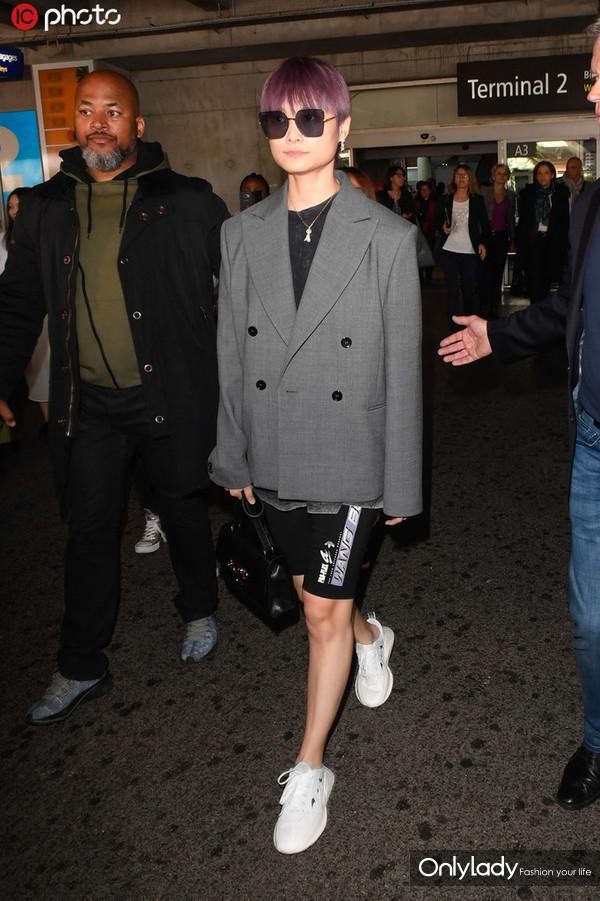 李宇春灰色西装+黑色骑行裤+小白鞋时髦Chic