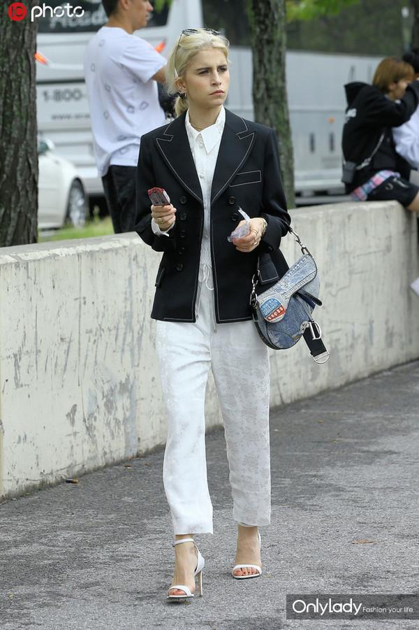 时尚博主Caroline Daur黑色西装外套+白色长裤 Dior马鞍包+白色一字带高跟鞋