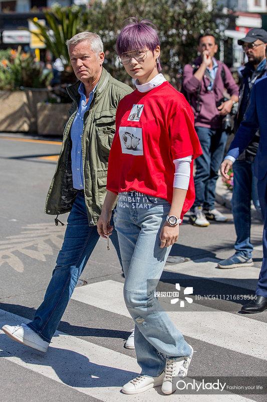 李宇春获保镖簇拥亮相街头引围观 见镜头俏皮比v可爱满分