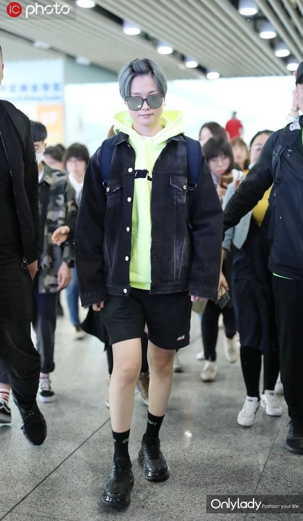 李宇春蓝发绿衣红书包 走路带风显酷炫大佬范儿