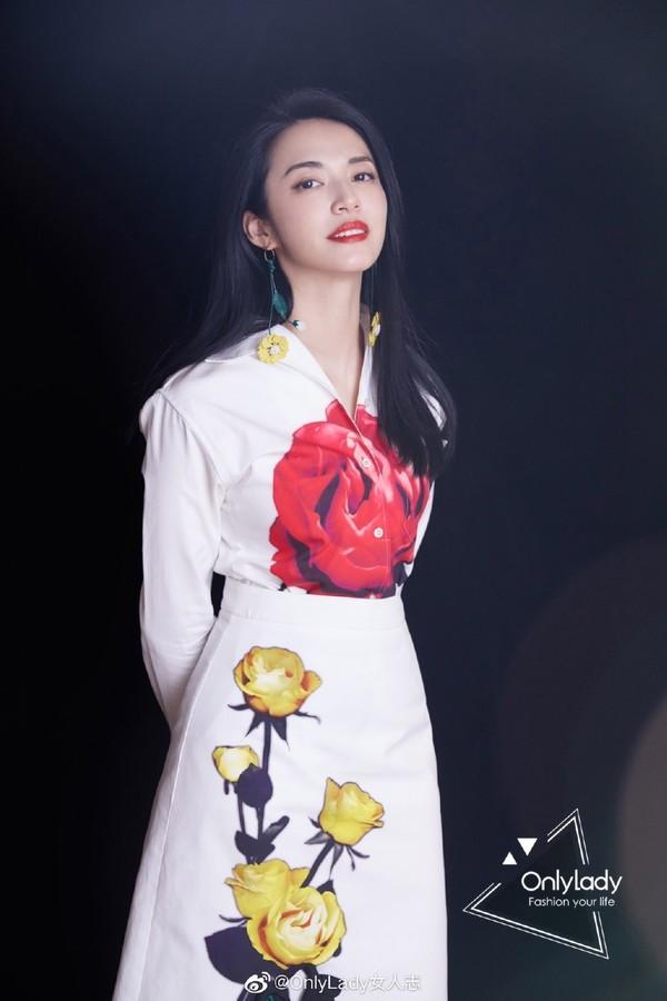 姚晨在新电影《送我上青云》首映礼,身穿Prada普拉达 2019秋冬玫瑰花朵印花白色套装优雅亮相,知性大方,造型干净利落,美艳十足。