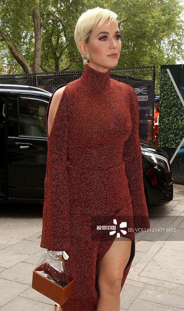 凯蒂·佩里橘色亮片裙肩膀镂空 一头金黄短发干练十足