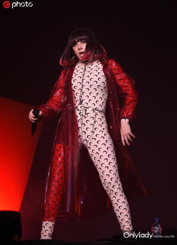 Charlie XCX印花连身裤+红色PVC风衣时髦潮范