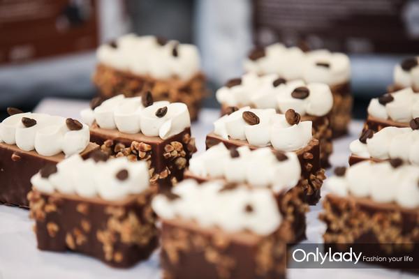 05 在北京与上海的巧克力学院中心,百乐嘉利宝通过其全球美味的巧克力品牌嘉利宝 (Callebaut)(比利时出产的巧克力)、可可百利 (Cacao Barry
