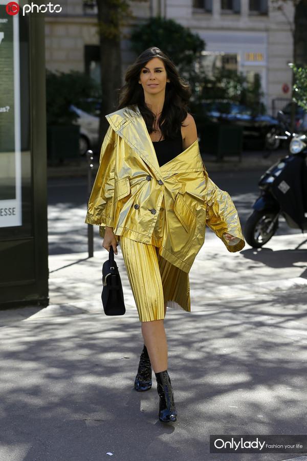 Christina Pitanguy金色金属光泽夹克外套+百褶裙时髦亮眼