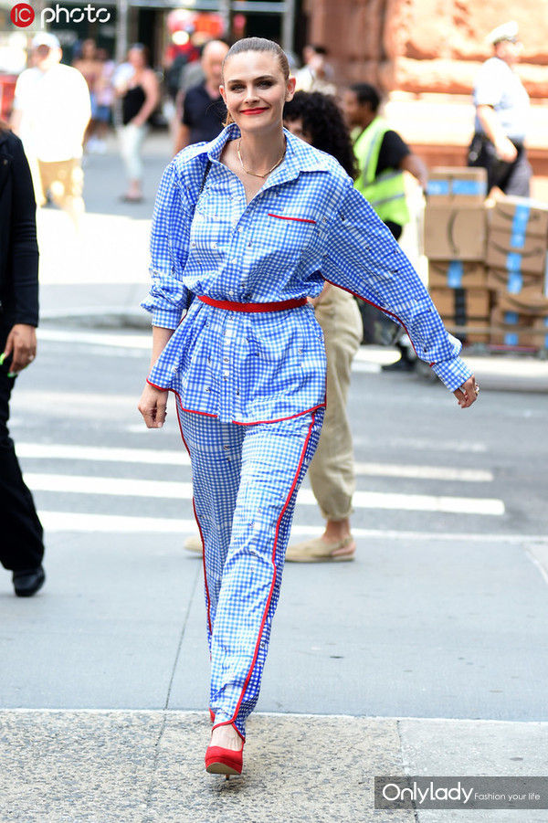 艾米丽-丹斯切尔Fyodor Golan蓝色格纹睡衣套装+红色高跟鞋+链条包慵懒随性