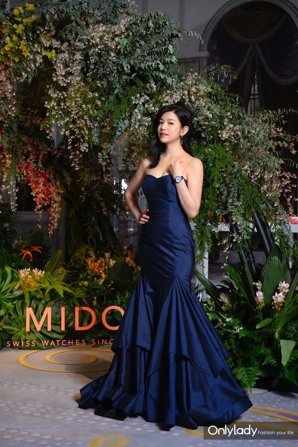 2. 陈妍希以一袭淡蓝色礼服搭配瑞士美度表花淅系列水湖蓝款长动能珍珠贝母女士腕表