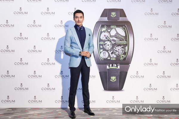 图3:CORUM昆仑表全球品牌大使胡兵先生展示金桥圆形43毫米陀飞轮腕表
